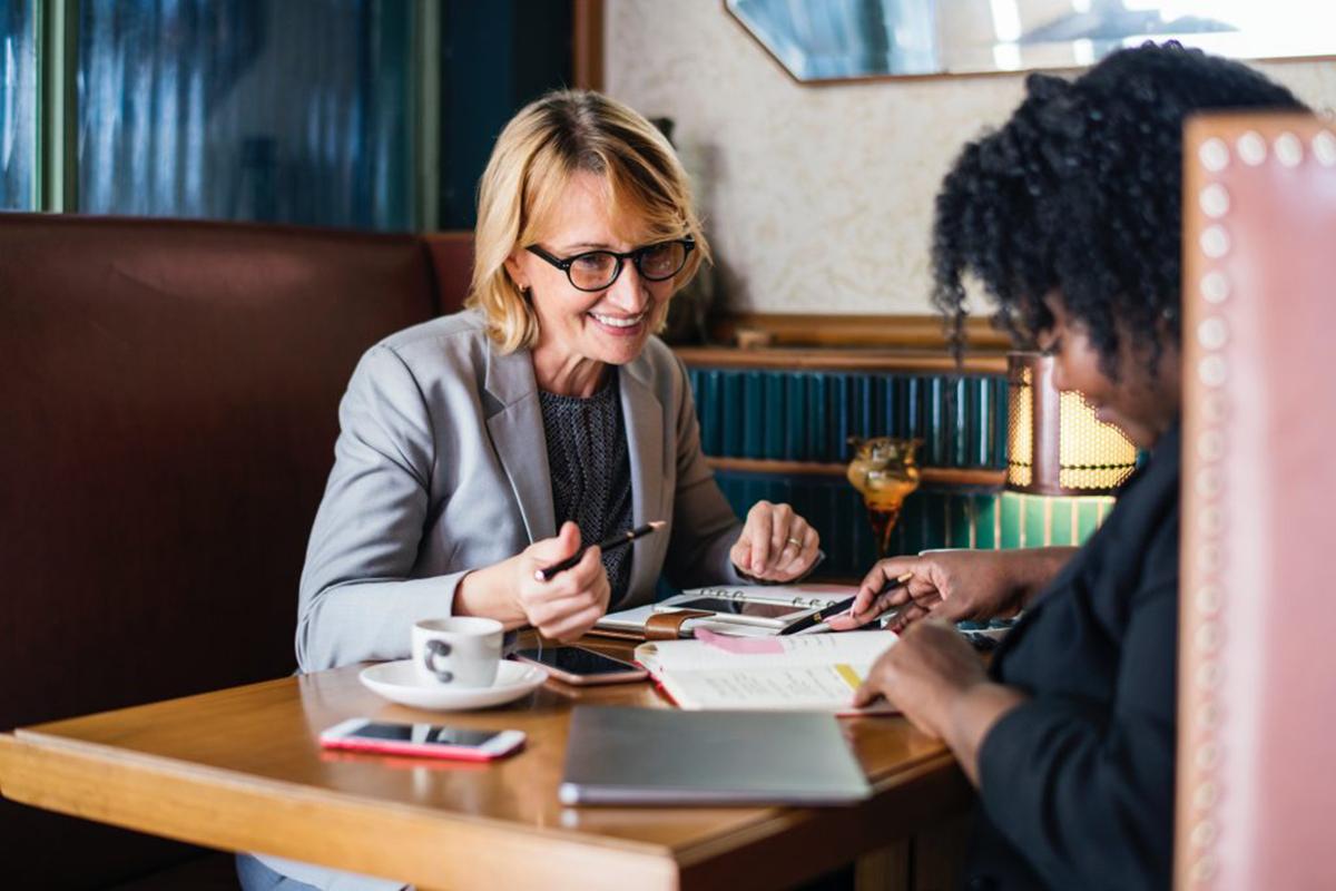 Zwei Frauen arbeiten mit Respekt und Autorität zusammen