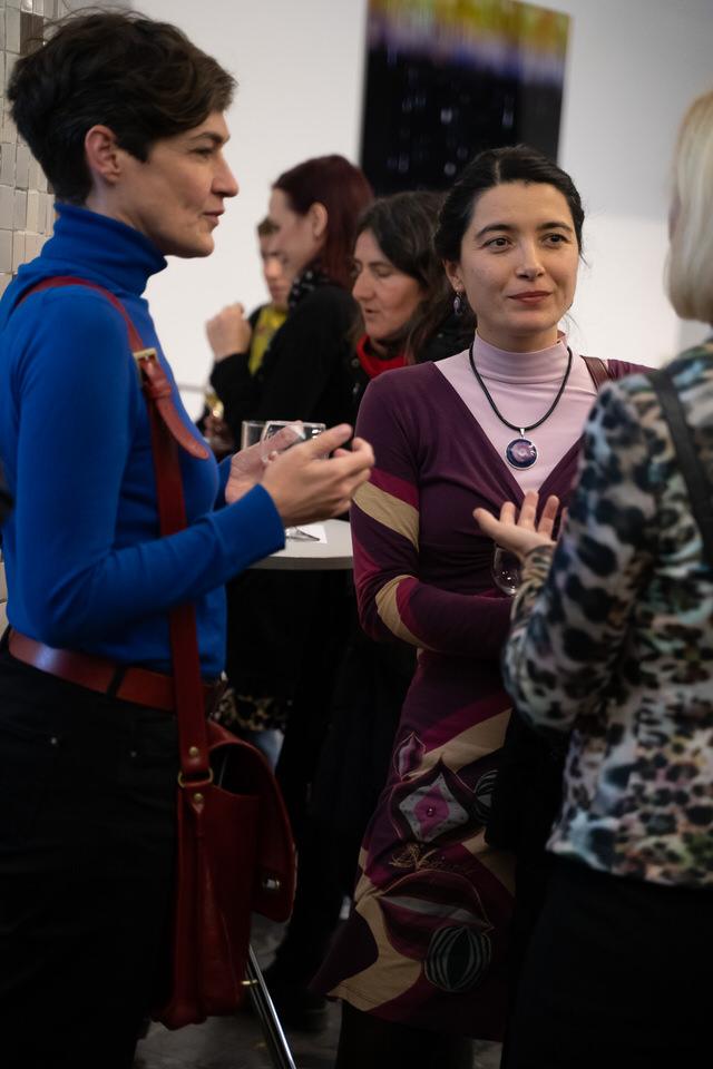 Zwei Frauen, die gemeinsam an einem Projekt arbeiten.