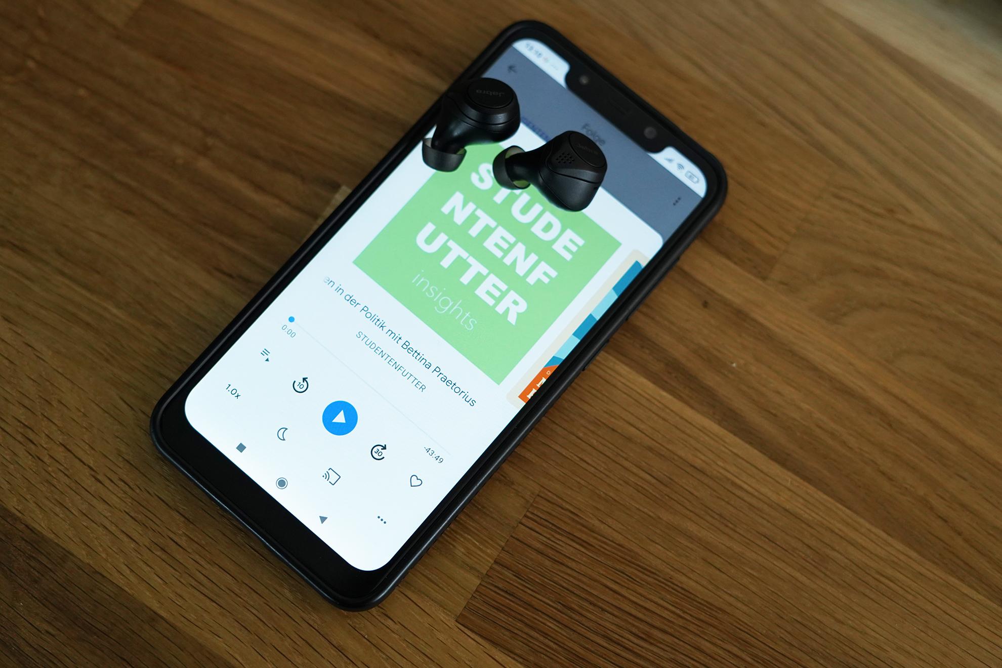 Ein Smartphone, auf dem die 53. Folge des Podcasts Studentenfutter mit Bettina Praetorius läuft