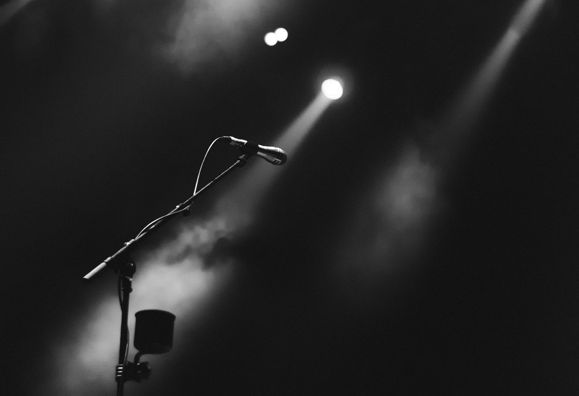 Ein Schwarz-Weiß-Bild eines Mikrofons auf der Bühne